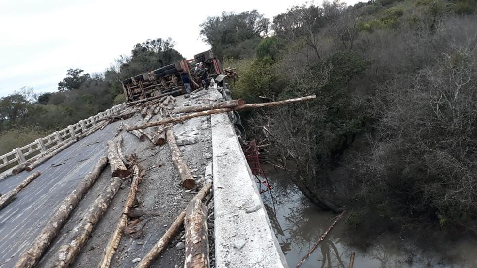 Carga ficou espalhada pela pista e tráfego foi totalmente interditado (Foto: PRF/Divulgação)