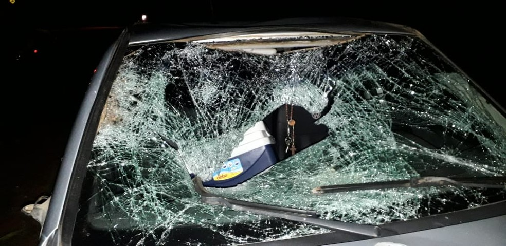 Parabrisa do veículo ficou destruído com o impacto do acidente.  — Foto: Thiago Vieira/Conesul Acontece