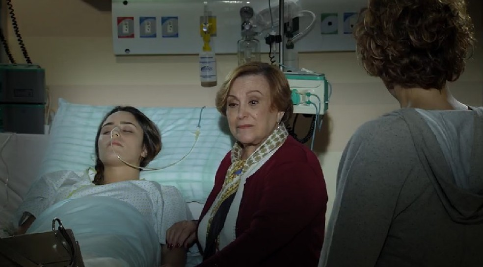 Iná (Nicete Bruno) visita Ana (Fernanda Vasconcellos) e acaba expulsa por Eva (Ana Beatriz Nogueira) em 'A Vida da Gente' — Foto: Globo