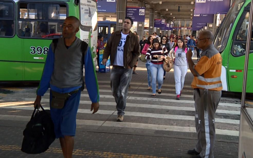 Passageiros no terminal de ônibus na região central de Campinas; deficientes visuais reclamam das dificuldades de acessibilidade (Foto: Reprodução EPTV)