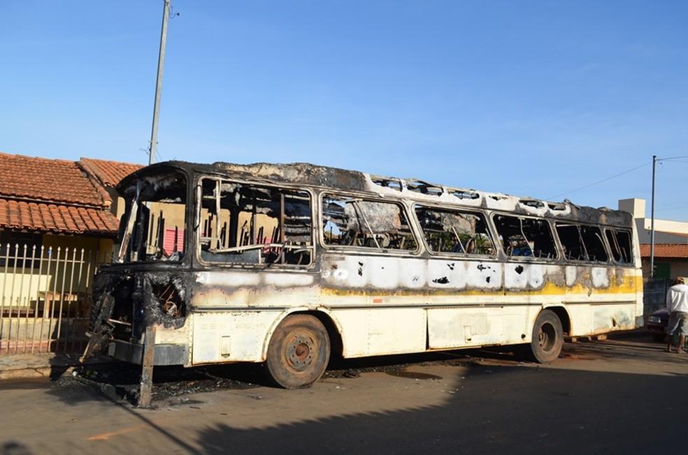 -  Ônibus incendiado em Lagoa Formosa  Foto: Vanderlei Gontijo/Arquivo Pessoal