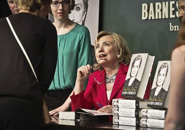 Hillary lança livro emNova York, nesta terça (10) (Foto: AP Photo/Bebeto Matthews)