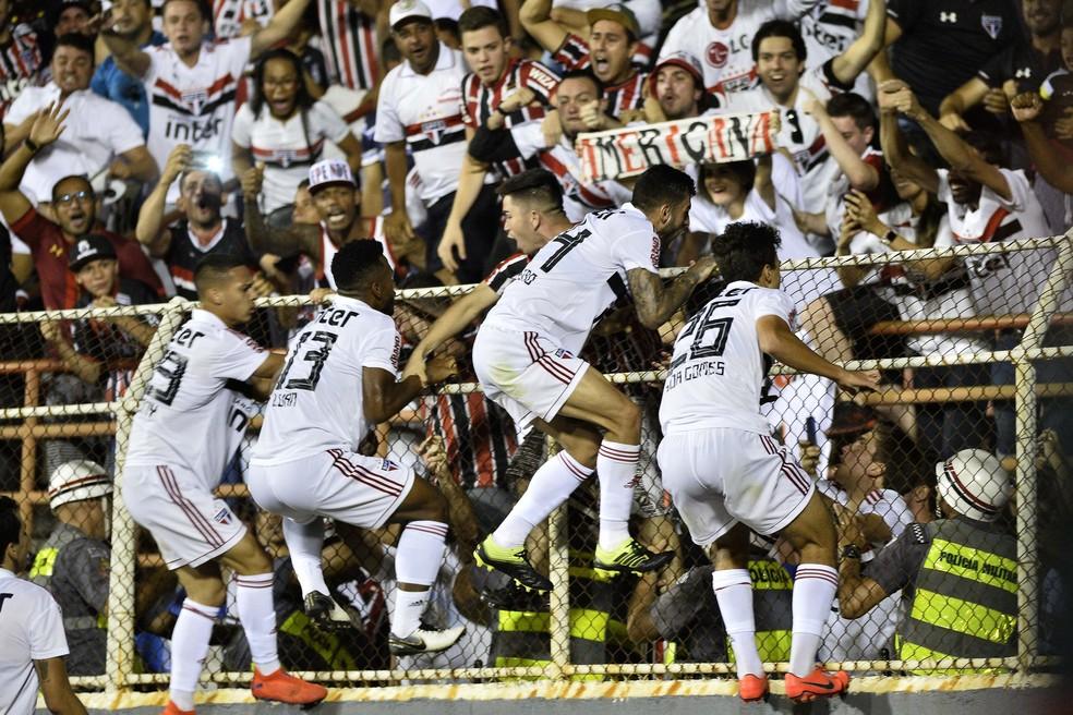 Garotada do São Paulo comemora o gol da vitória — Foto: Marcos Ribolli