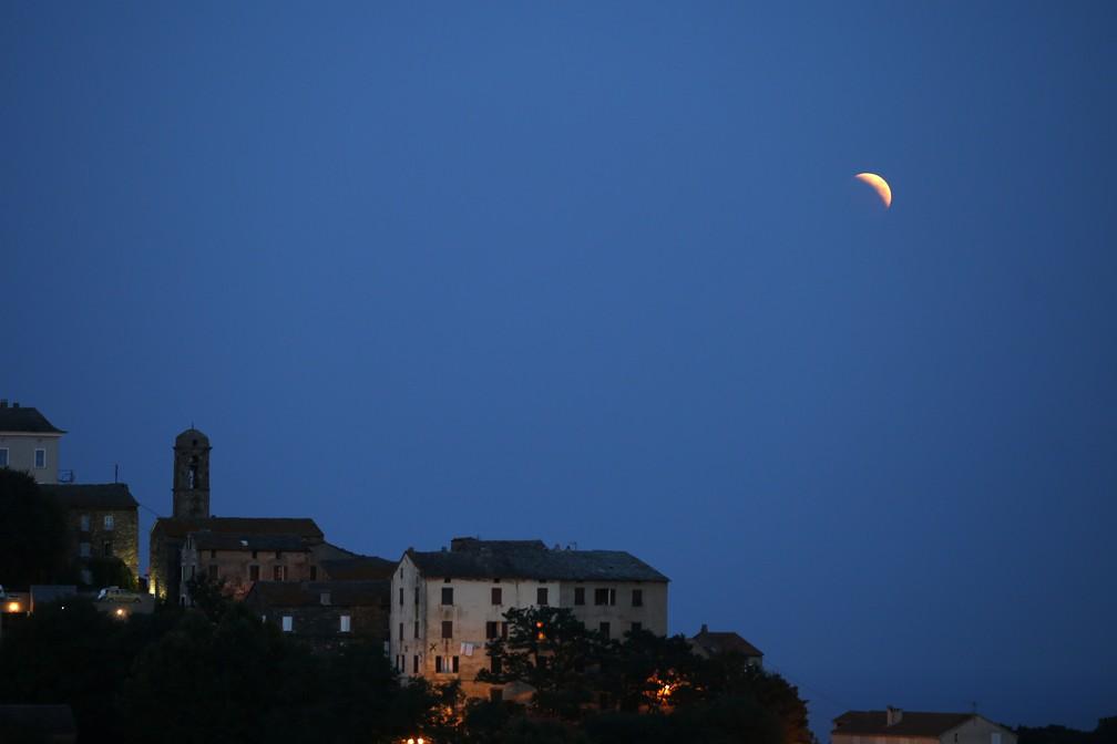 Eclipse visto em Castellare-di-Casinca, França (Foto:  PASCAL POCHARD-CASABIANCA/AFP)