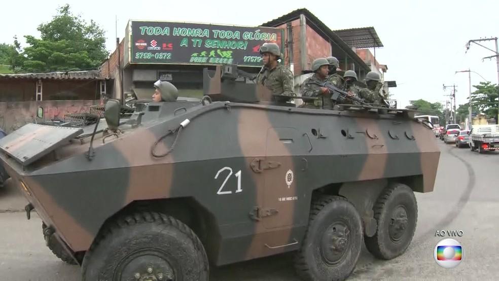 Tanque das Forças Armadas na região do Complexo do Salgueiro, em São Gonçalo, na Região Metropolitana do Rio. (Foto: Reprodução/ TV Globo)