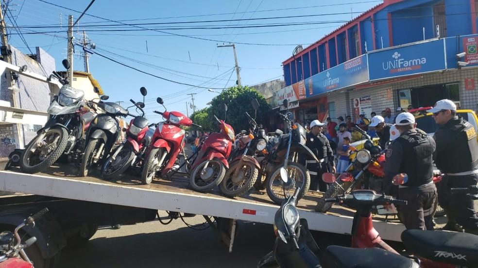 Pelo menos 17 motocicletas foram apreendidas na manhã desta terça-feira (29) durante uma operação de trânsito realizada pela Polícia Militar em Baraúna — Foto: PMRN/Divulgação