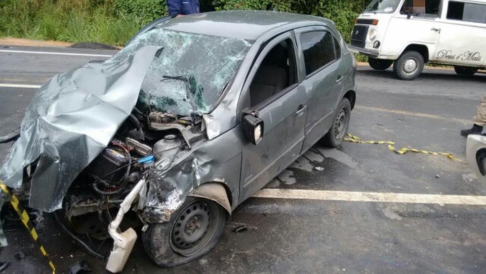 Carro teve a parte dianteira destruída devido a colisão com Kombi na BR-101, no Recife (Foto: Polícia Rodoviária Federal/Divulgação)