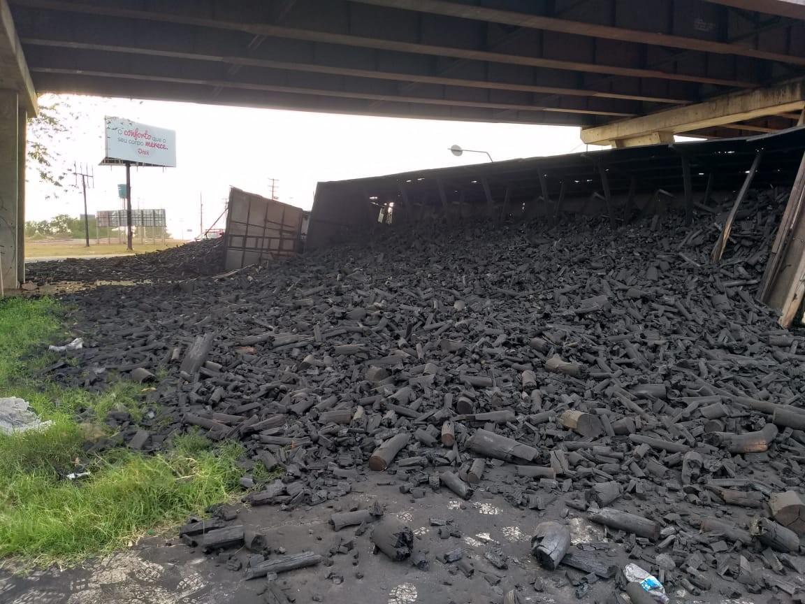 Caçambas carregadas de carvão tombam abaixo do viaduto da Av. Miguel Rosa, em Teresina
