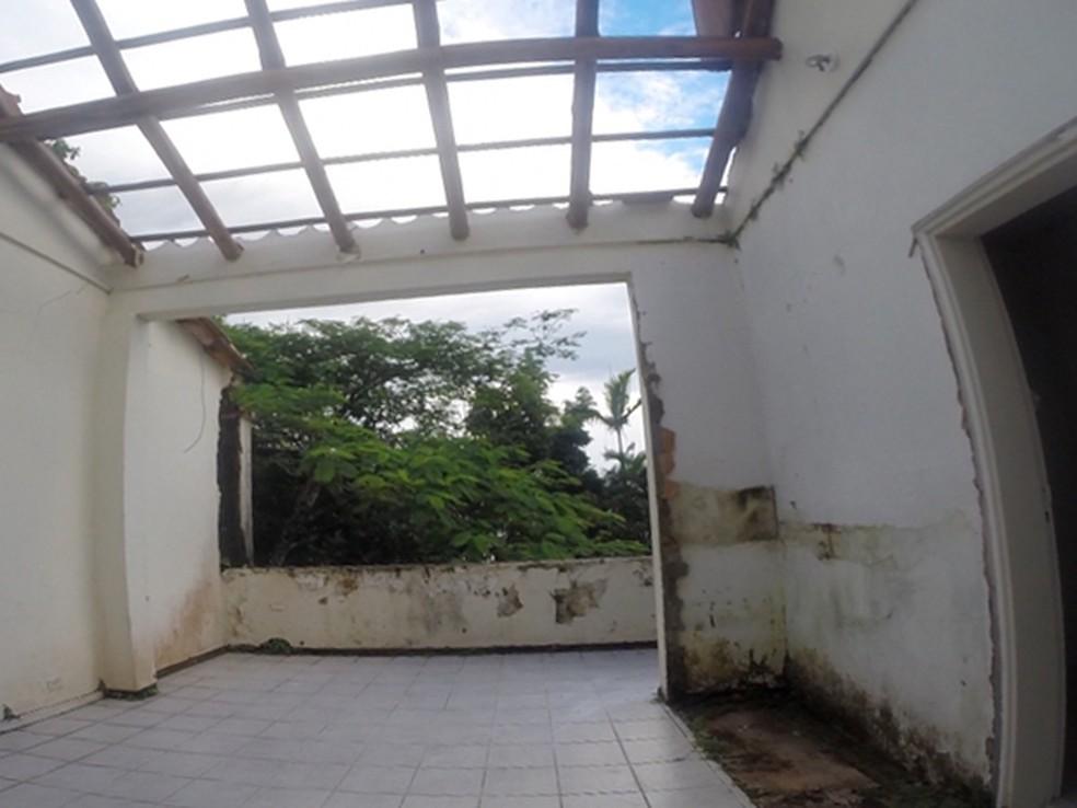 Parte do imóvel já foi demolido (Foto: Daniel Corrá/ G1)