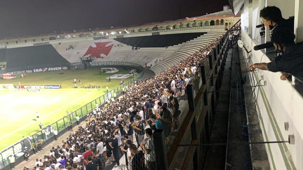 Na área da ferradura, atrás do gol, não houve presença de torcedores contra o Goiás — Foto: Marcelo Baltar