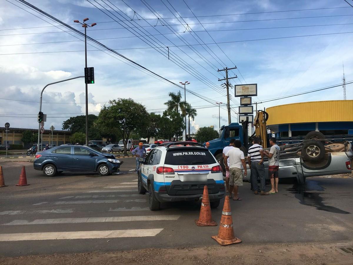 Picape capota após fazer conversão proibida e bater com outro carro em Boa Vista