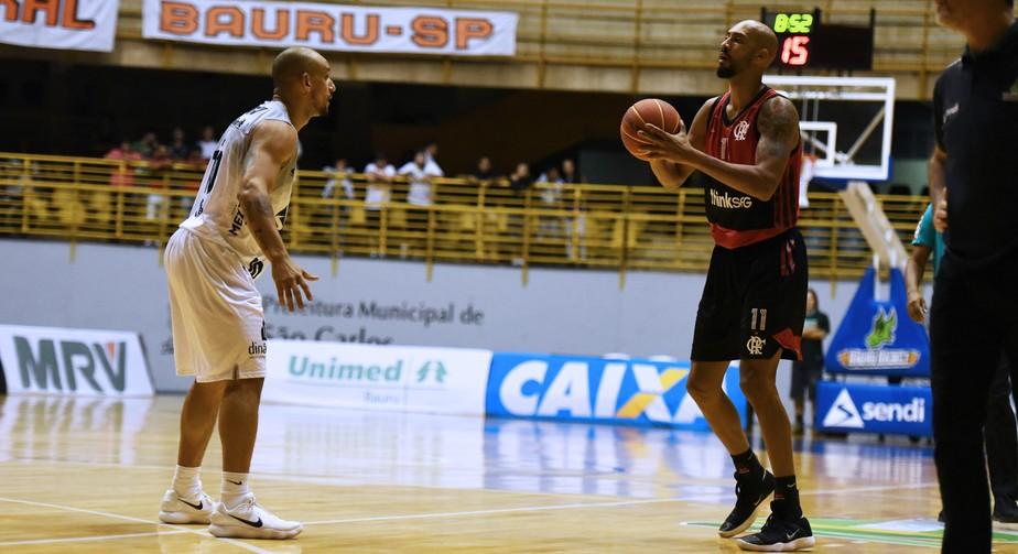 Ataque flui, Flamengo vence Bauru em São Carlos e encosta no líder do NBB