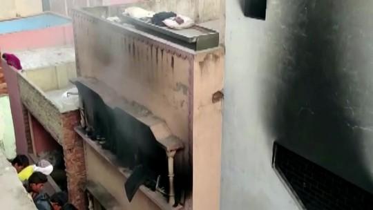 Incêndio em fábrica deixa dezenas de mortos na Índia