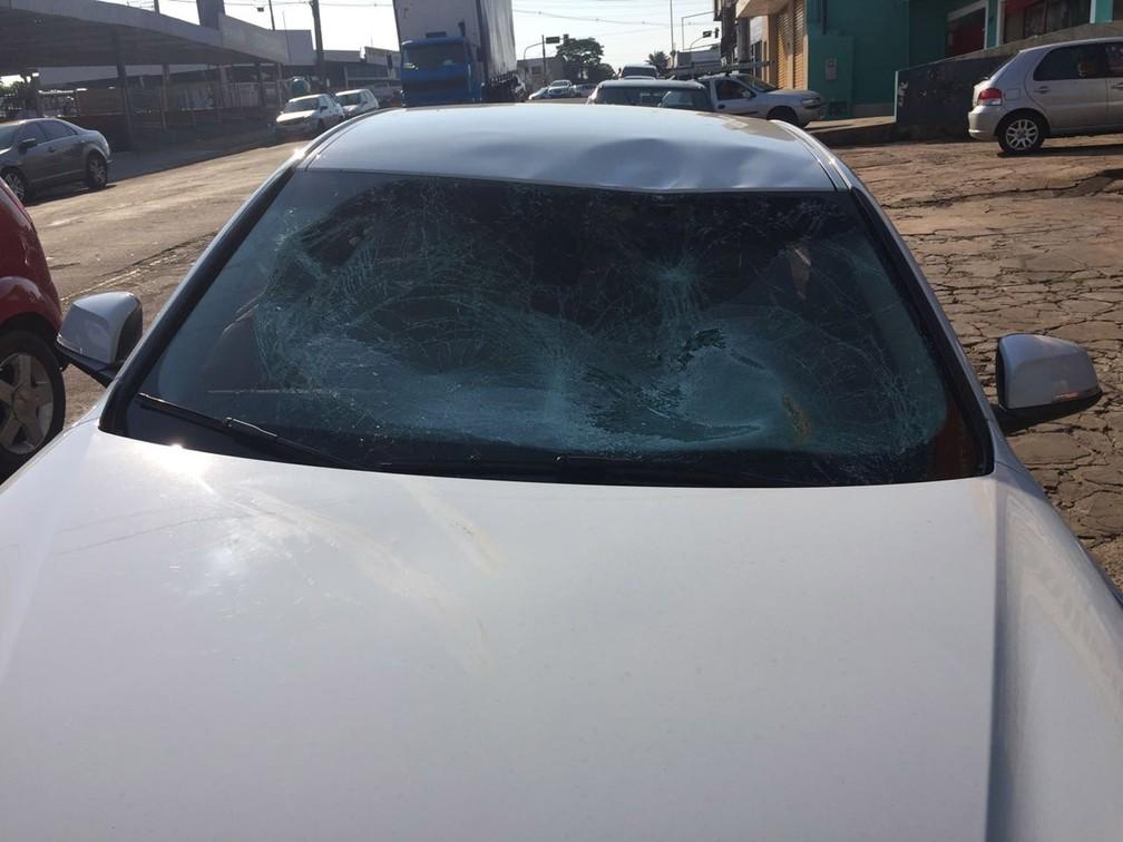 Paraquedista cai em cruzamento e é atropelado por carro de luxo em Campo Grande (Foto: Graziela Rezende/G1 MS)