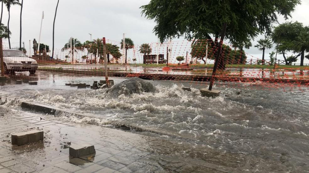 Bueiro aberto na Avenida Beira-Mar em Fortaleza — Foto: Marina Alves/TV Verdes Mares