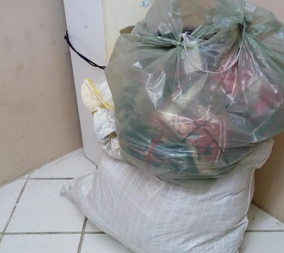 Mercadoria roubada por duas mulheres em Santa Cruz do Capibaribe (Foto: Ney Lima/Reprodução)