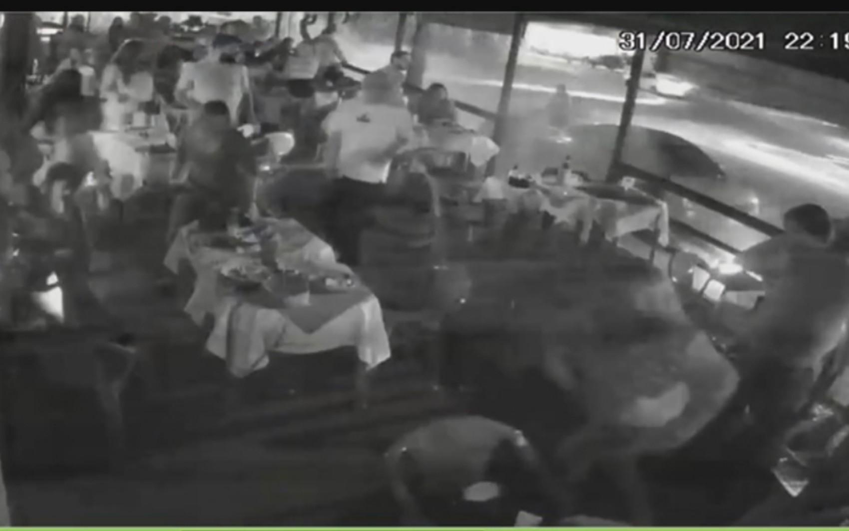 Motorista perde controle do carro e quase invade bar de Goiânia; vídeo