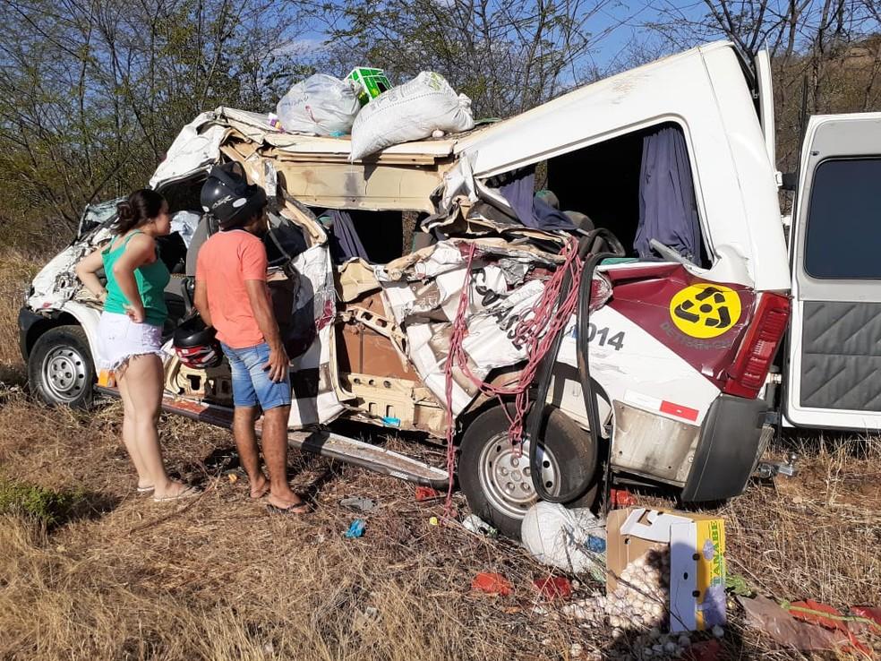 Caminhão desgovernado colidiu de frente com uma van e matou um garoto de 7 anos, em Assaré. — Foto: Divulgação/ Polícia Militar