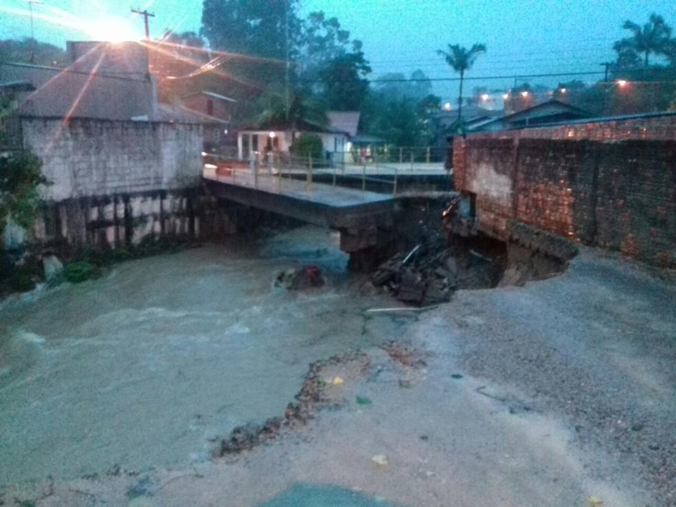 Ponte foi danificada pela chuva no bairro Ratones  (Foto:  Guilherme Costa/CBN/Divulgação)