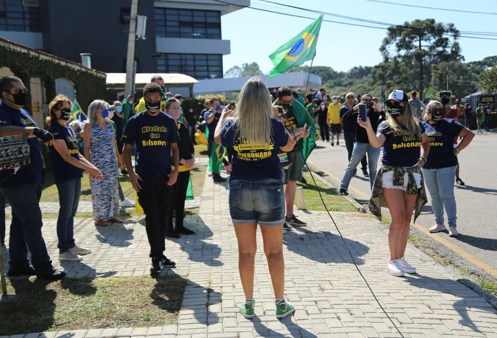 Manifestantes se aglomeraram em frente à PF, em Curitiba  — Foto: Giuliano Gomes/PR Press
