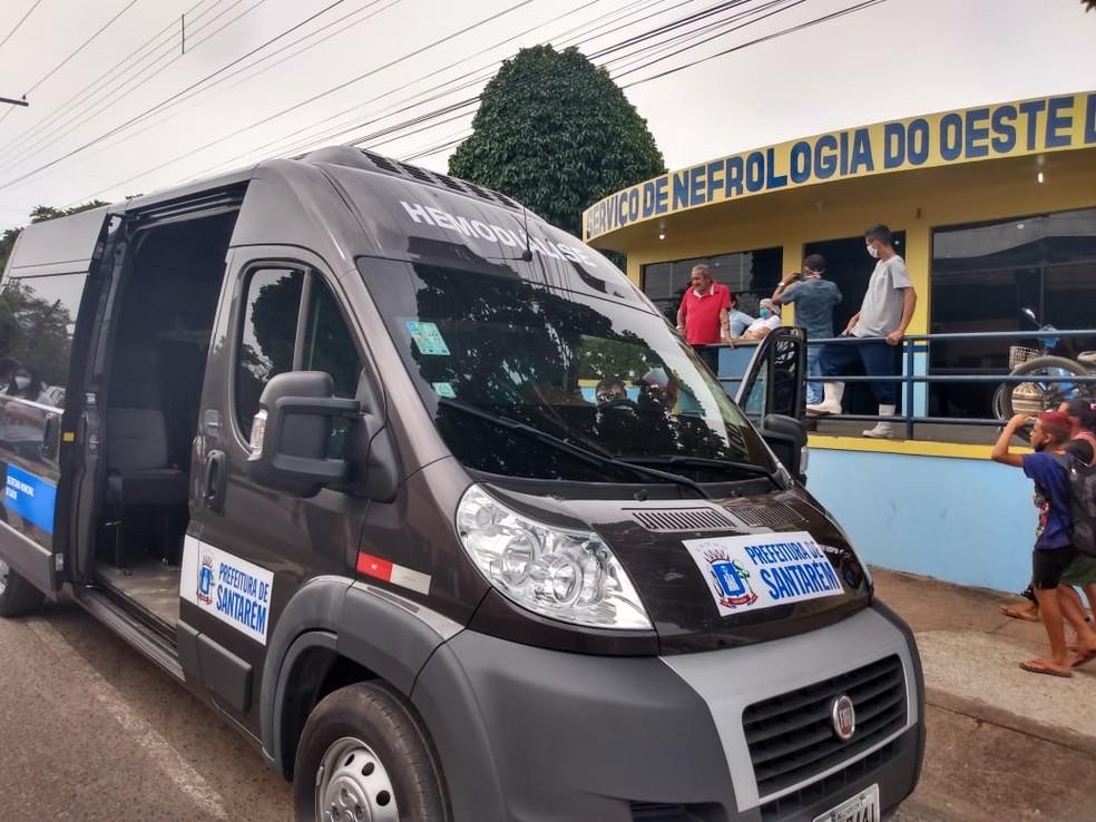 Van estacionada em frente ao Centro de Nefrologia Municipal de Santarém, no Pará — Foto: Ascom Semsa/Divulgação