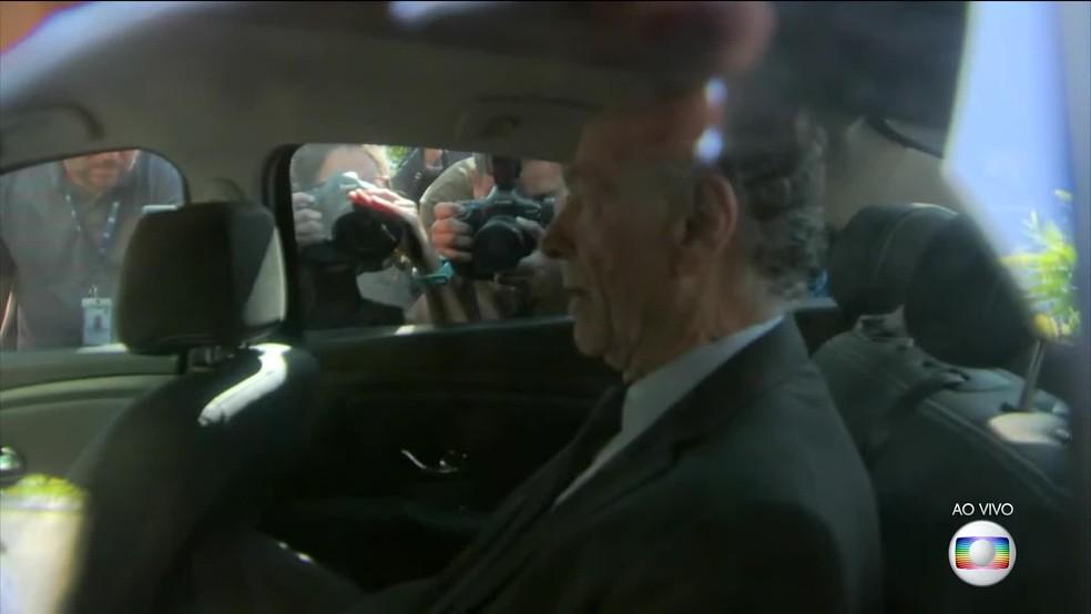 Carlos Arthur Nuzman sai de casa conduzido pela Polícia Federal após prisão. (Foto: Reprodução/ TV Globo)