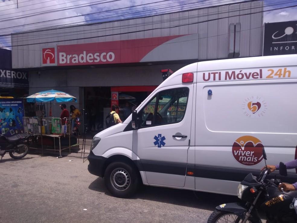 Paciente teve que ir ao banco de ambulância para provar que está vivo e conseguir receber benefício no RN — Foto: Geraldo Jerônimo/Inter TV Cabugi