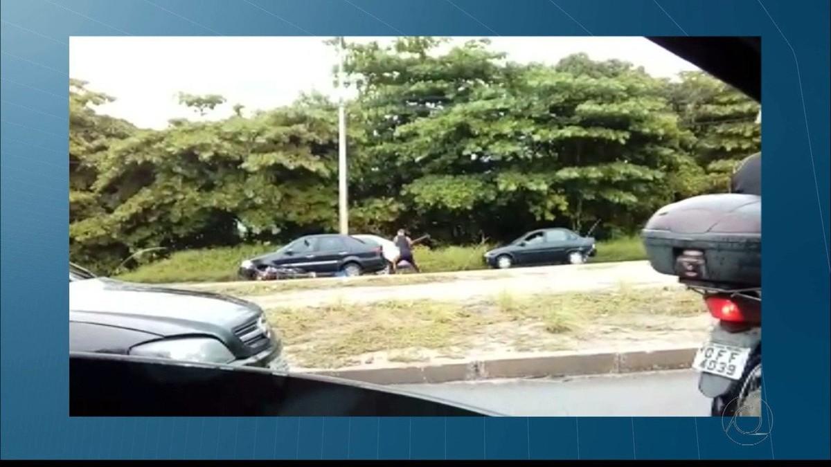 Vídeo mostra momento em que motoqueiro com raiva destrói carro com picareta após acidente em João Pessoa