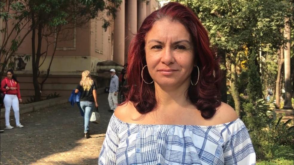A professora Regina Moura acredita que a fusão de turmas pode afetar o desempenho dos alunos — Foto: Raquel Freitas/G1