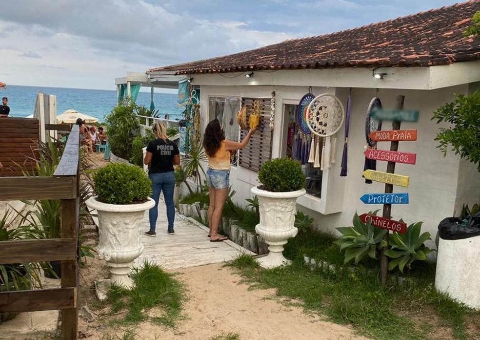 Polícia Civil fiscaliza estabelecimentos na Praia Mole, em Florianópolis, no sábado (27) — Foto: SSP/Divulgação