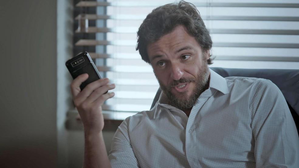 Caio provoca mostrando que é solteiro, mas não está sozinho (Foto: TV Globo)