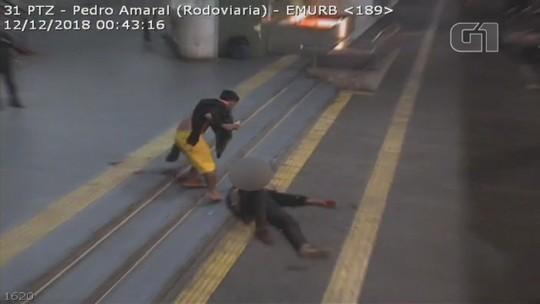 Câmera flagra agressão a morador de rua com barra de metal em Rio Preto; vídeo