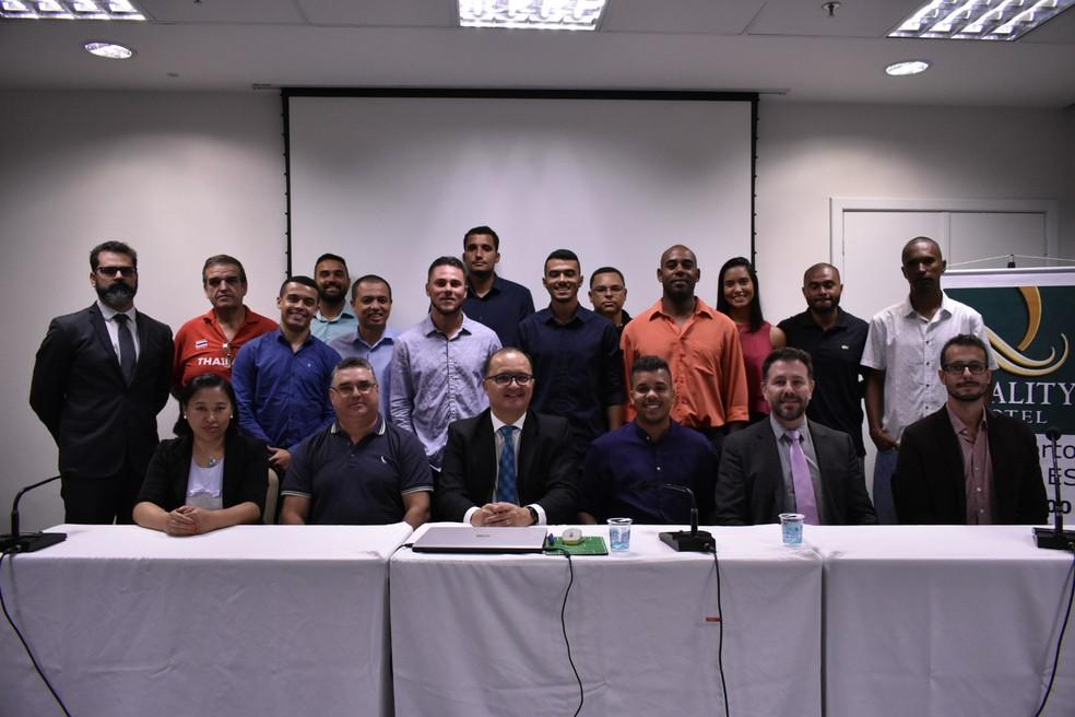 Comissões técnicas das categorias sub-15 e sub-17 do Aster Brasil, junto com a diretoria do clube capixaba — Foto: João Brito/Aster Brasil