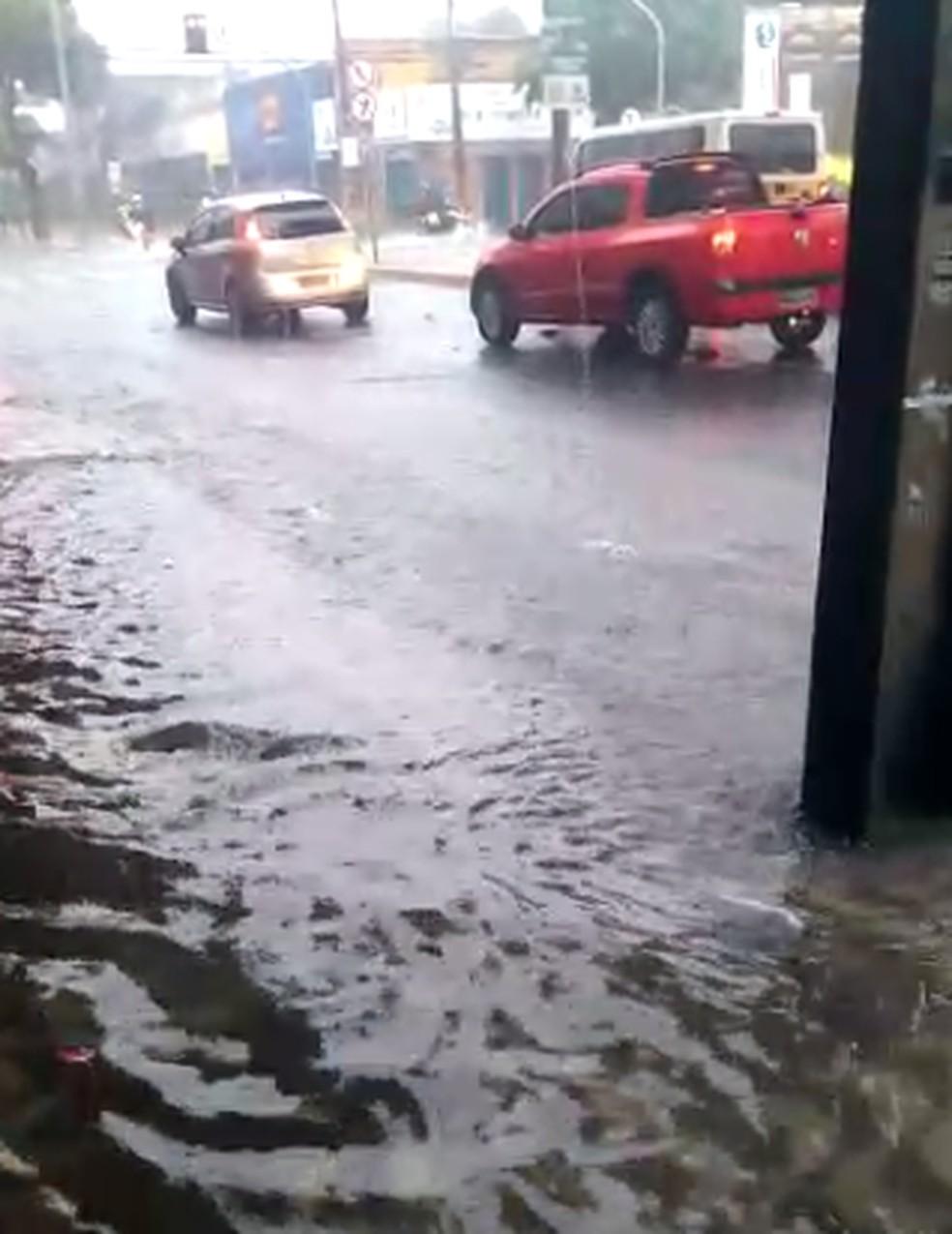 Alagamento entre a Avenida Duque de Caxias com Rua General Sampaio, no Centro de Fortaleza. — Foto: Reprodução/TV Verdes Mares