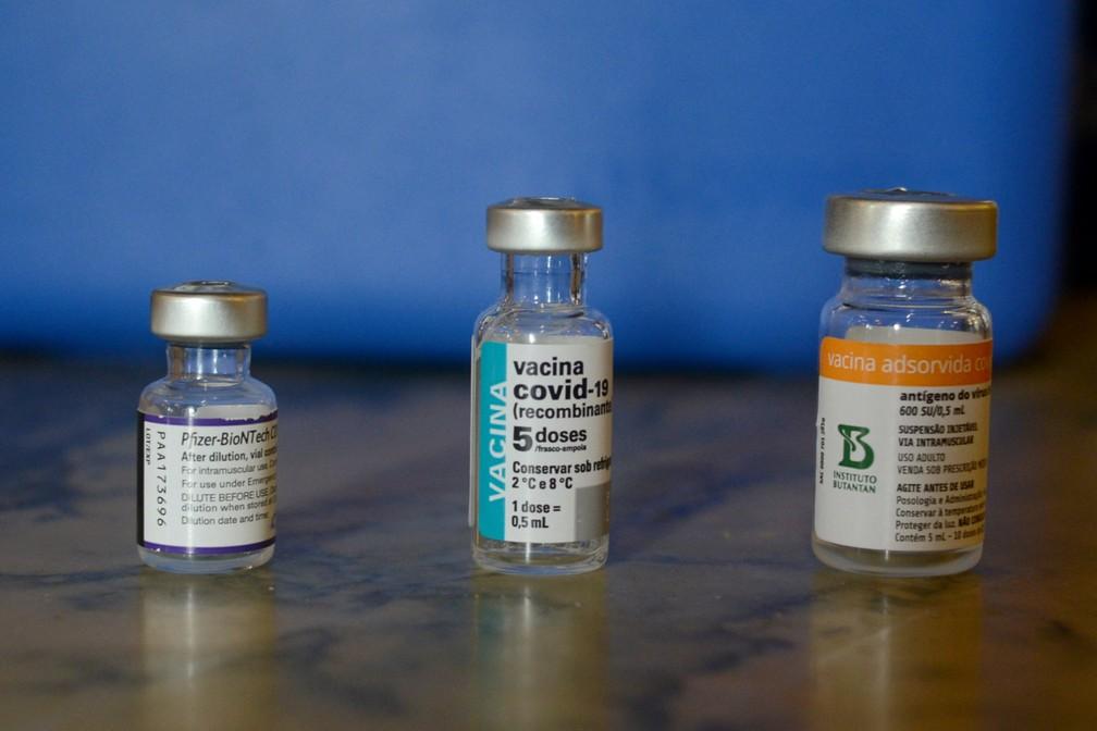 Frascos com doses das vacinas da Pfizer e da AstraZeneca e da CoronaVac — Foto: Adriano Ishibashi/Framephoto/Estadão Conteúdo