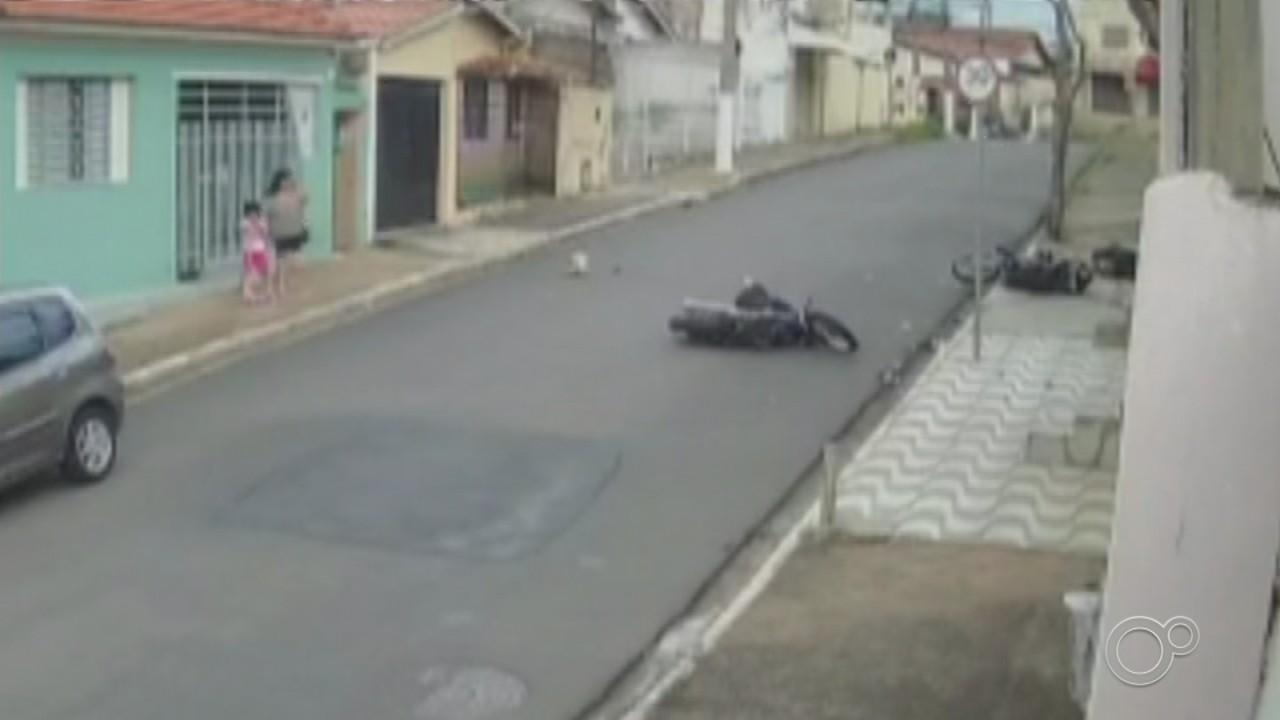 Motos batem de frente e duas pessoas ficam feridas em Itu