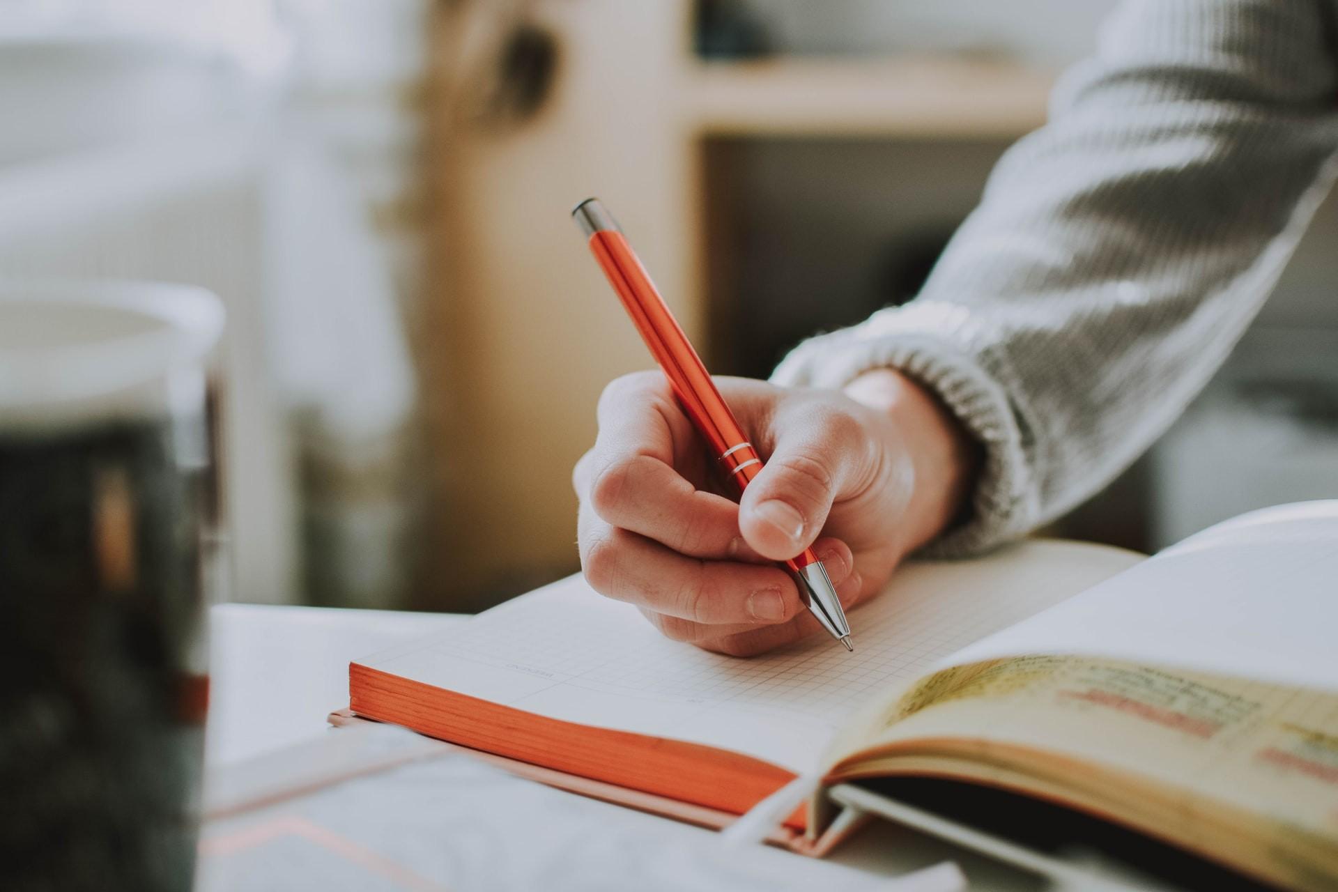 Por que escrever à mão torna crianças (e adultos) mais inteligentes  (Foto: fotografierende/Unsplash)