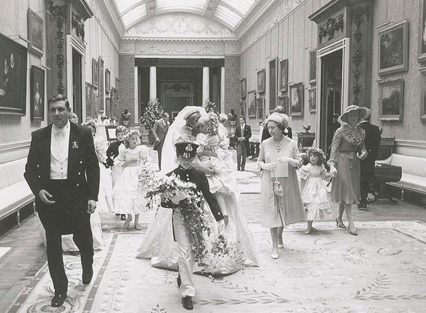 Damas de honra cercam a Princesa e o Príncipe (Foto: prevnext RR Auction/Splash News Online/ Reprodução)