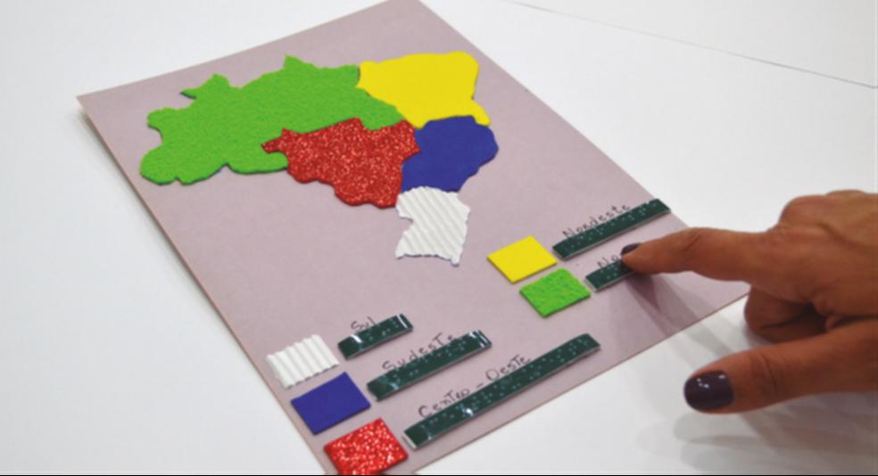 Mapas em relevo ajudam crianças com deficiência visual a aprender geografia — Foto: Arquivo/Fundação Dorina Nowill