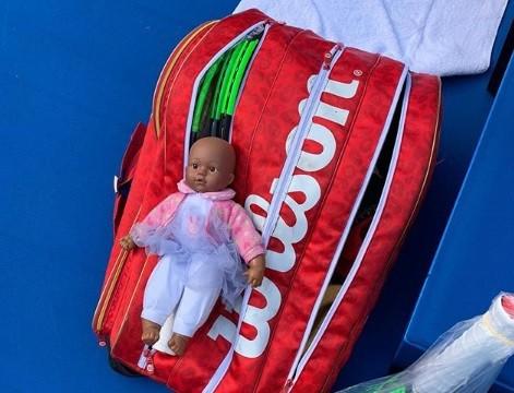 Qai Qai 'descansa' na raqueteira de Serena
