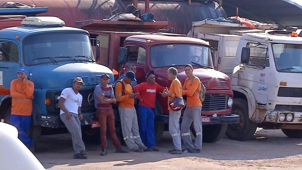 Caminhões permaneceram no pátio da empresa nesta quarta-feira — Foto: TVCA/Reprodução