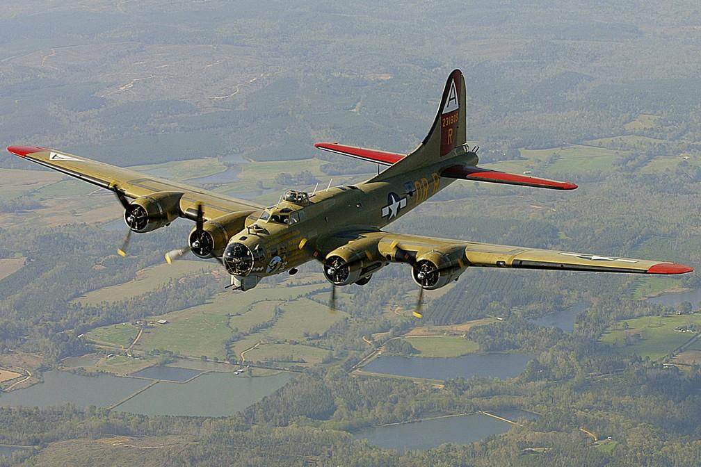 Foto de 2002 mostra Boeing B-17, modelo usado na Segunda Guerra, voando pela Collings Foundation — Foto: John David Mercer/Press-Register via AP