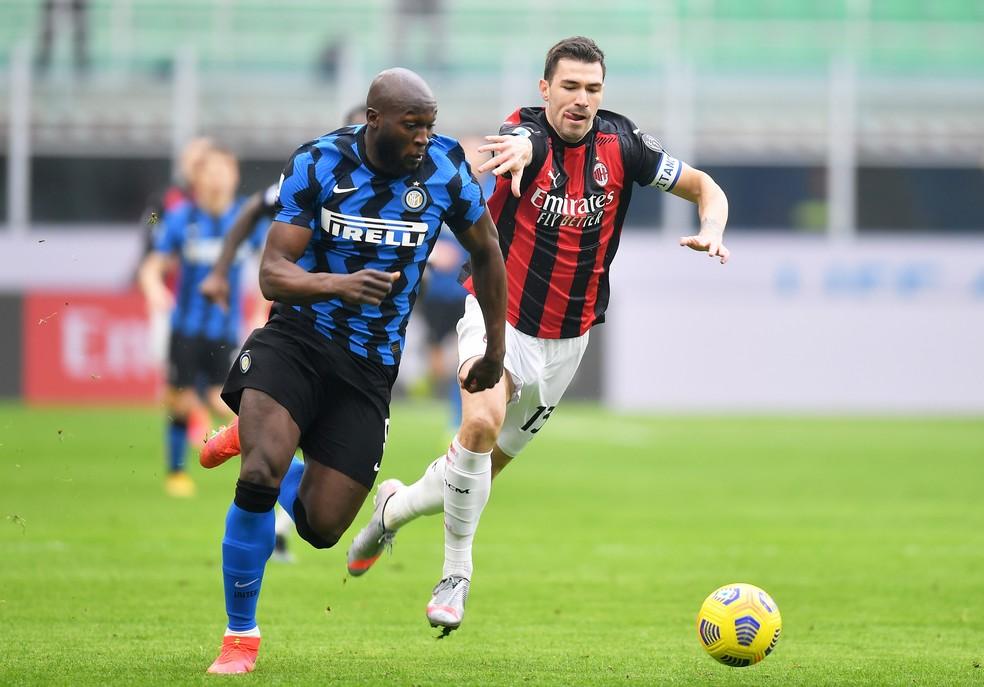 Inter e Milan com listras pretas: regulamento prevê que um dos times deverá jogar com uniforme claro — Foto: REUTERS