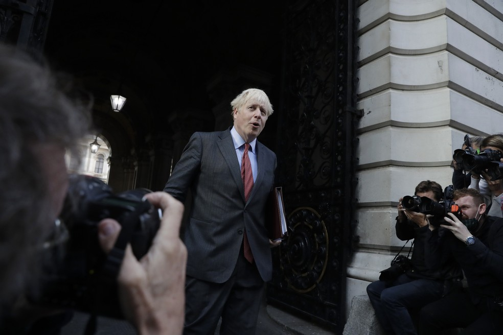O primeiro-ministro britânico Boris Johnson fala com a imprensa em Downing Street em Londres, na Inglaterra, nesta terça-feira (22) — Foto: Matt Dunham/AP