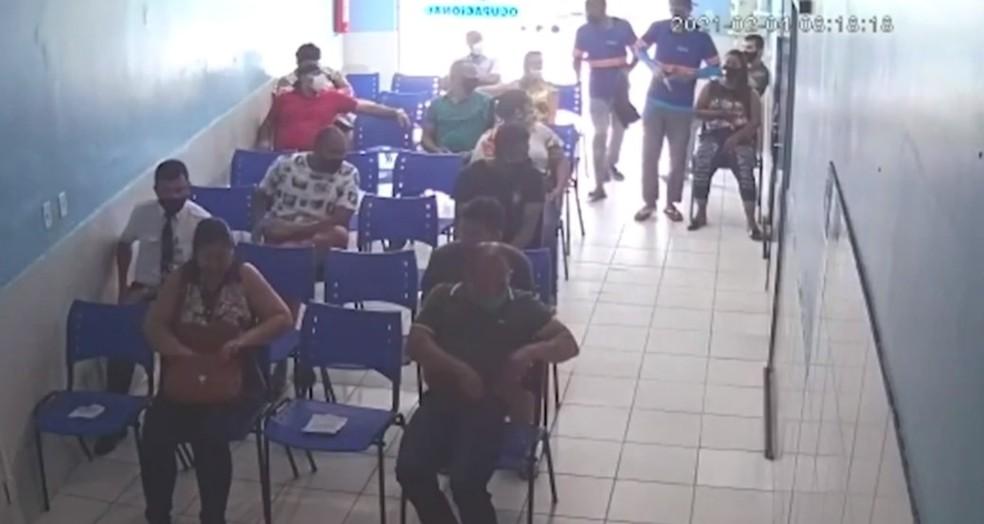 Pacientes e funcionários de clínica particular são assaltados em Itabuna, sul da Bahia — Foto: Reprodução/TV Santa Cruz