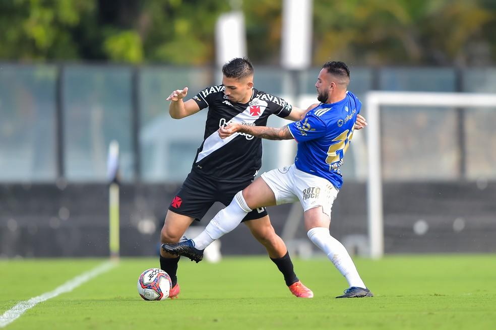 Andrey, volante do Vasco, na partida contra o Cruzeiro — Foto: Thiago Ribeiro/AGIF