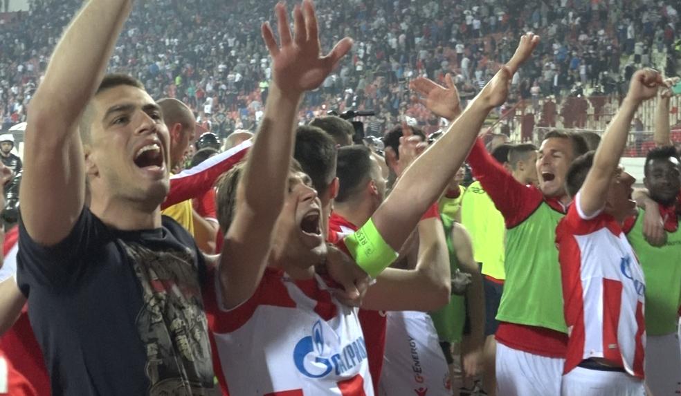 Jogadores do Estrela Vermelha comemoram vitória no clássico  (Foto: Victor la Regina)