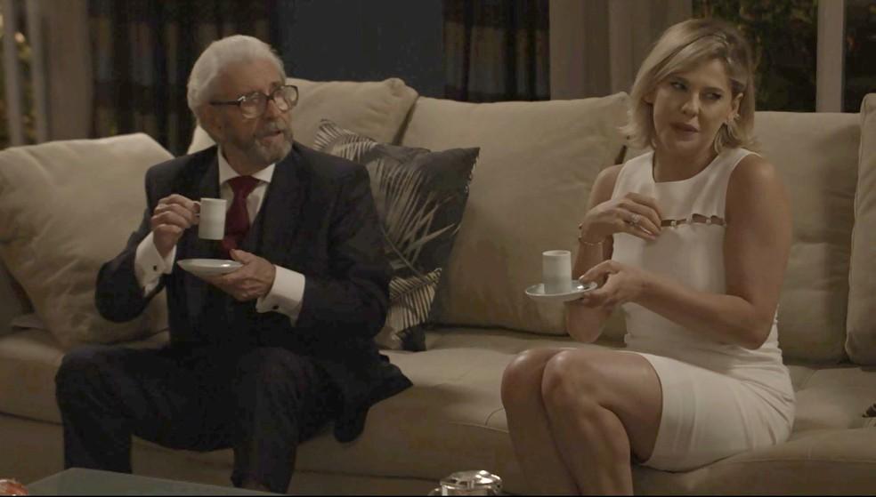 Jô não gosta quando ouve o marido falando sobre a cliente de Adriana (Foto: TV Globo)