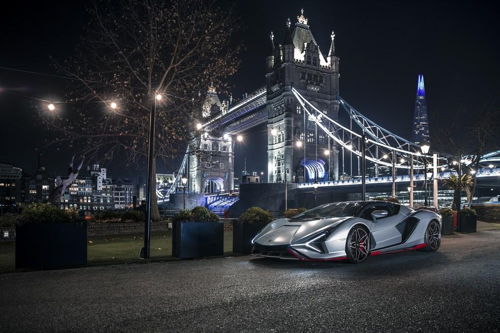 Lamborghini Sián posa com o fundo da Tower Bridge, um dos cartões postais da capital da Inglaterra — Foto: Divulgação