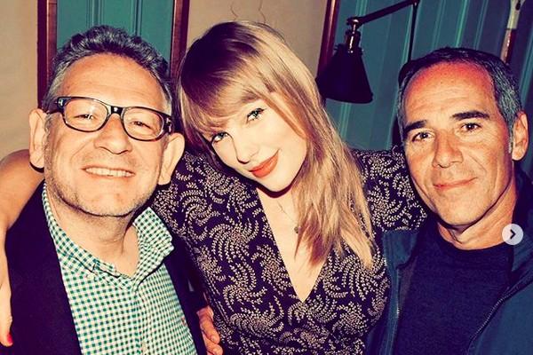 A cantora Taylor Swift com seus chefes na nova gravadora para a qual trabalhará (Foto: Instagram)